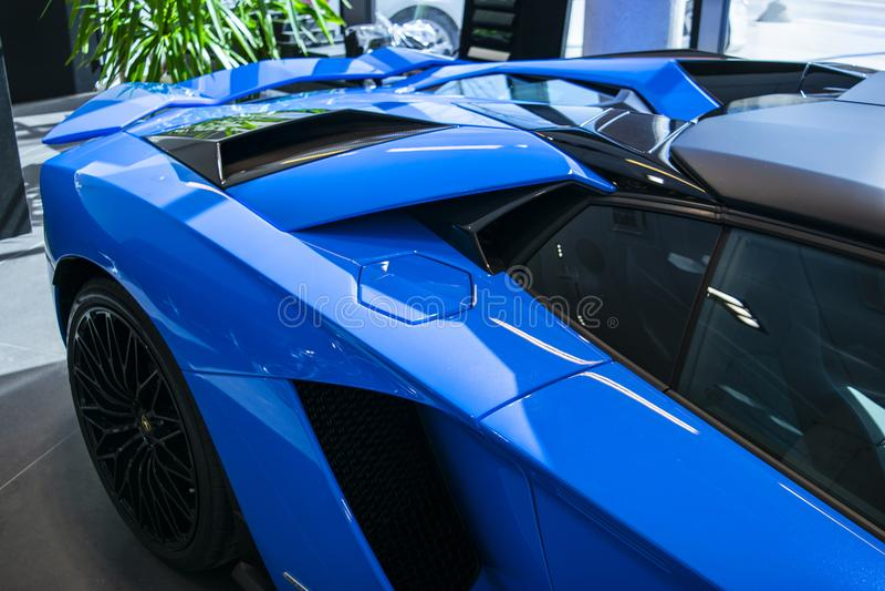 Boczny widok nowy Lamborghini Aventador S coupe nagłówek Samochodowy wyszczególniać Samochodowi powierzchowność szczegóły obraz royalty free