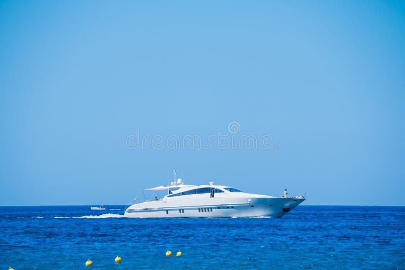 Boczny widok pływa statkiem w błękitnym morzu żagiel łódź Żaglówka w morzu, aktywnego wakacje w morzu śródziemnomorskim, Denny Lu obrazy royalty free
