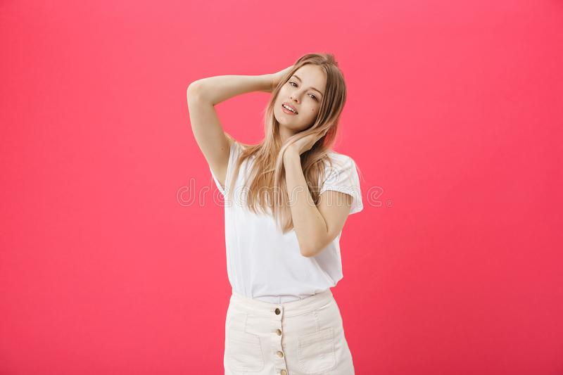 Boczny widok przypadkowa młoda kobieta patrzeje zdala od kamery obrazy stock