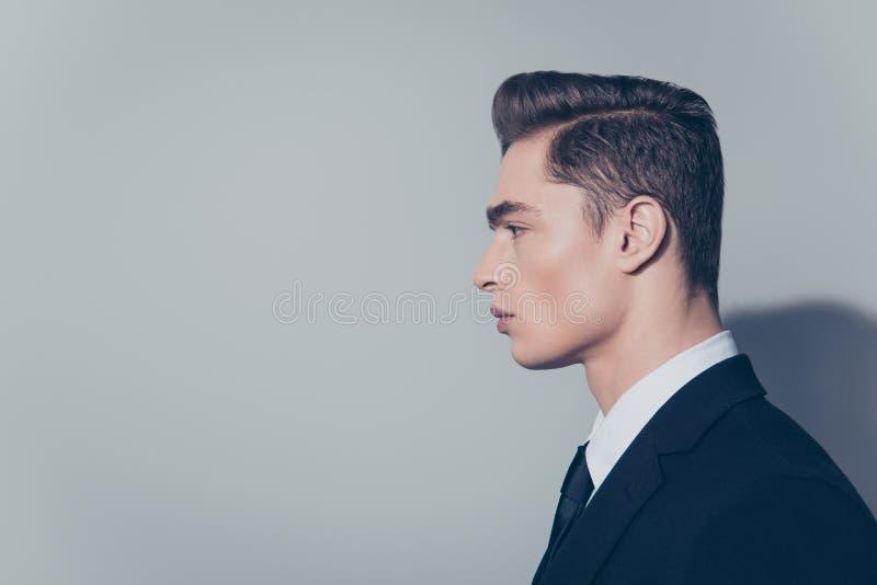 Boczny widok przystojny dojrzały facet z perfect fryzurą na czystym zdjęcie royalty free