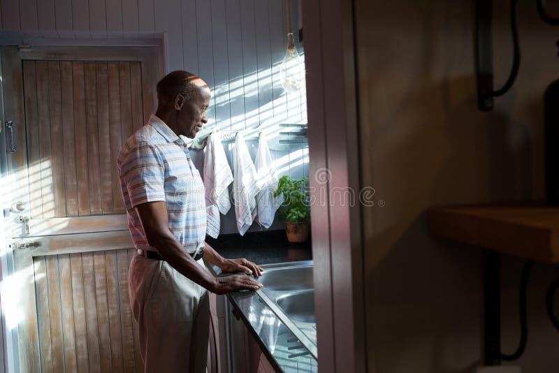 Boczny widok rozważna mężczyzna pozycja zlew obraz stock