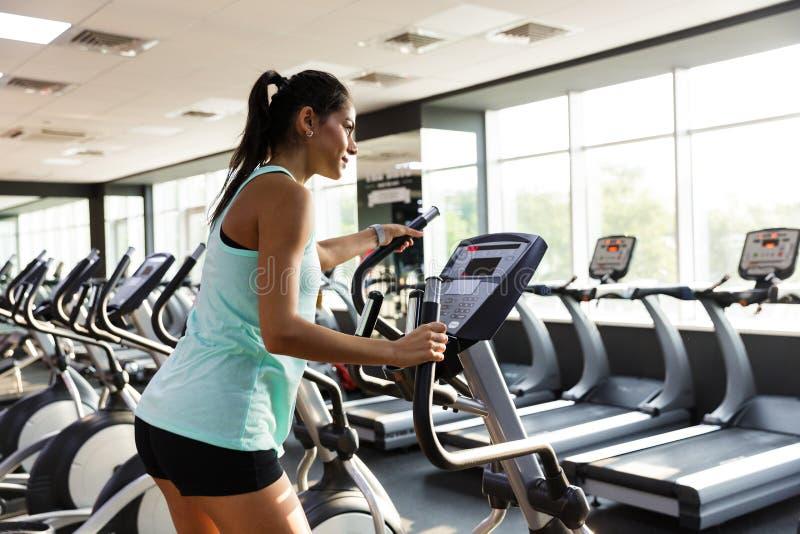 Boczny widok Skoncentrowana sport kobieta robi crossfit ćwiczeniu obrazy royalty free