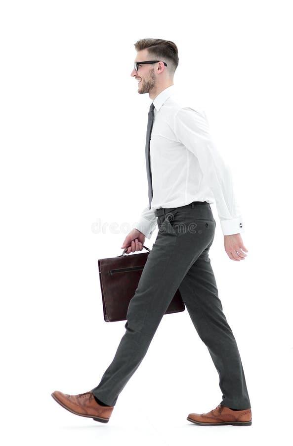 Boczny widok ufny biznesmen z rzemienną teczką iść naprzód zdjęcie stock