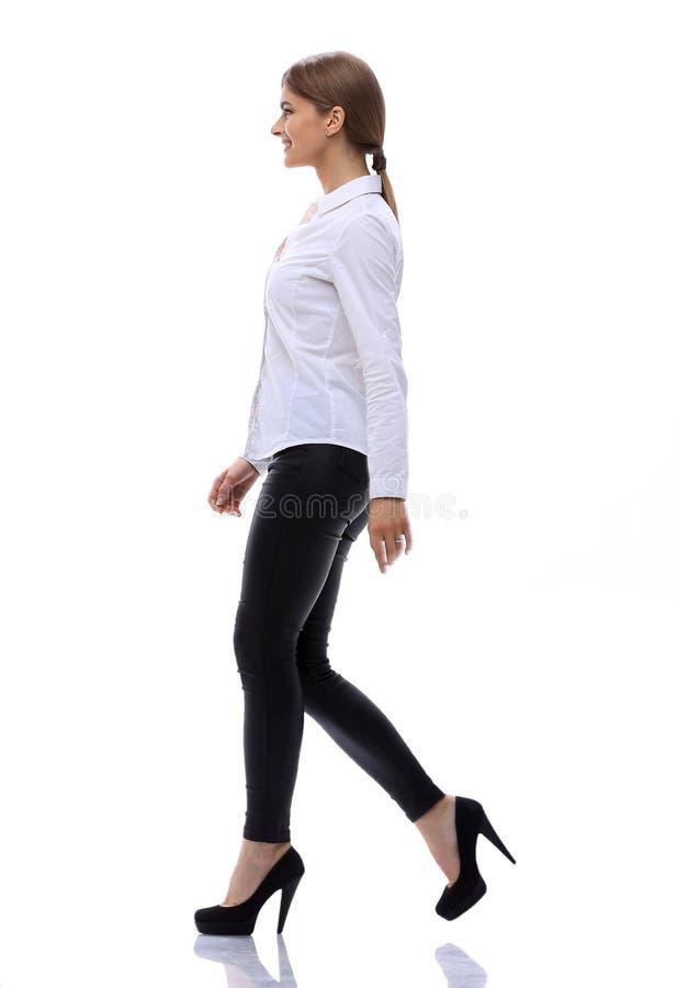Boczny widok W pełnym przyroscie ufna młoda kobieta jest poruszająca naprzód pewnie zdjęcia royalty free