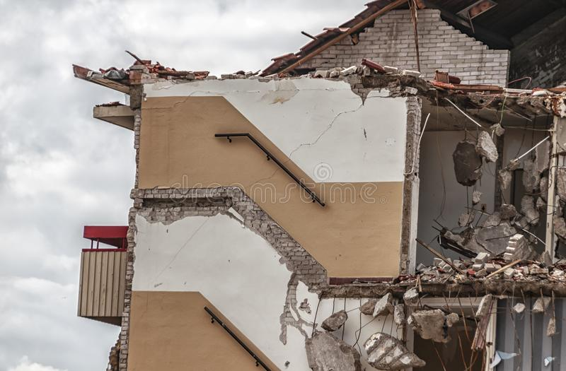 Boczny widok wyburzający budynek mieszkaniowy fotografia royalty free