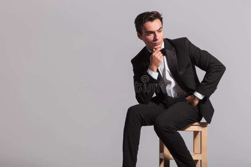 Boczny widok zadumany elegancki mężczyzna w smokingu fotografia stock