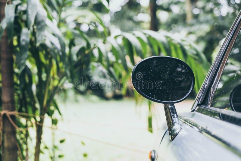 boczny widoku lustro na rocznika klasyka samochodzie fotografia stock