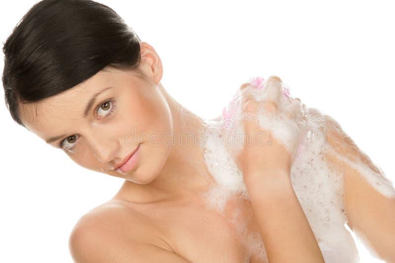 Bod de lavagem da mulher nova imagem de stock