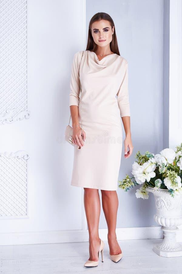 Boda blanca de la novia del vestido de la mujer de la moda atractiva hermosa del estilo imagenes de archivo