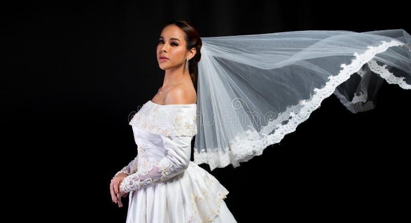 Boda blanca de la novia hermosa asi?tica preciosa de la mujer foto de archivo libre de regalías