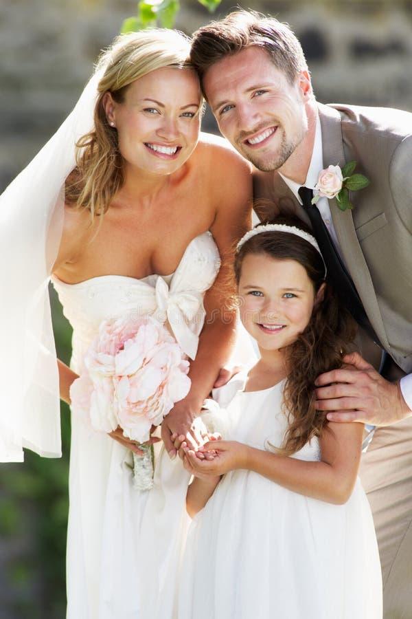 Boda de With Bridesmaid At de novia y del novio imagenes de archivo