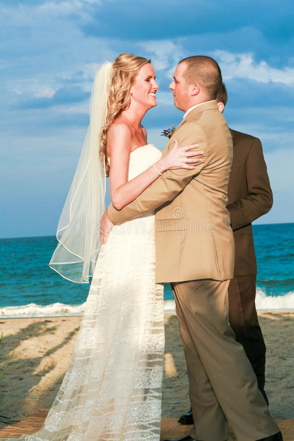 Boda de playa: Un momento antes del beso fotografía de archivo libre de regalías