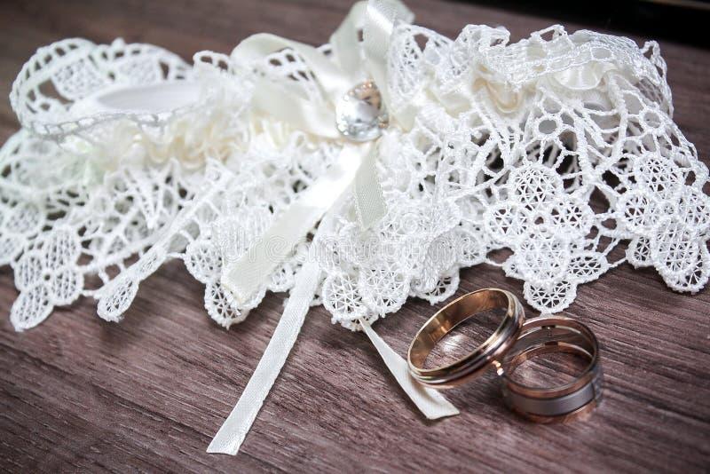 boda decoración Los zapatos del ` s de la novia, un ramo hermoso de la boda, los anillos, el boutonniere y la joyería se presenta fotos de archivo