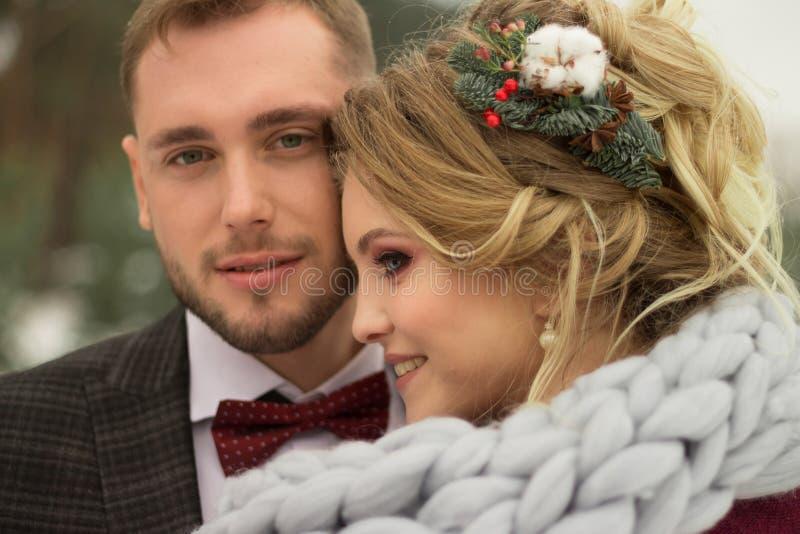 Boda del invierno Pares en amor, primer, cabezas inclinadas el uno al otro Una mujer feliz y un hombre, la muchacha tiene una hor foto de archivo
