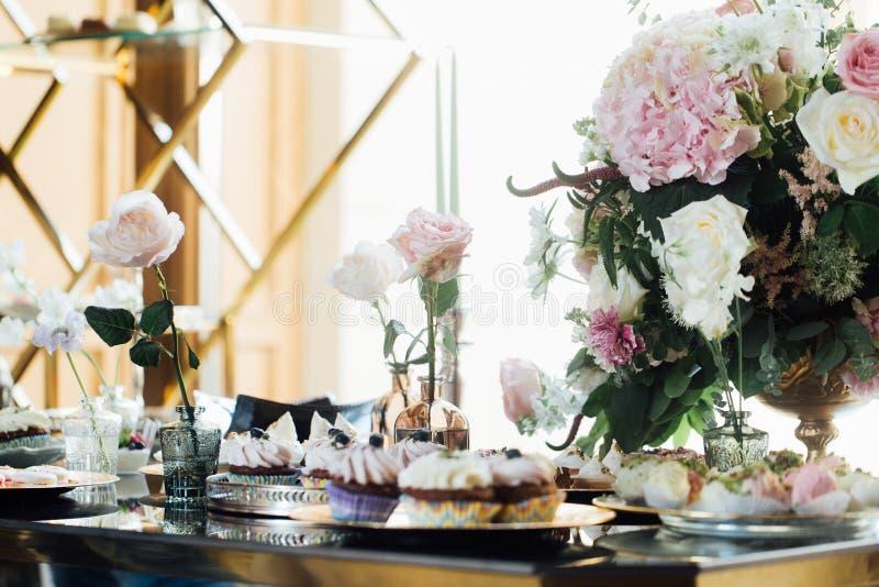 boda Detalles de la boda y señora Tabla deliciosa de la barra de caramelo de la recepción nupcial Comida fría dulce del día de fi fotos de archivo libres de regalías