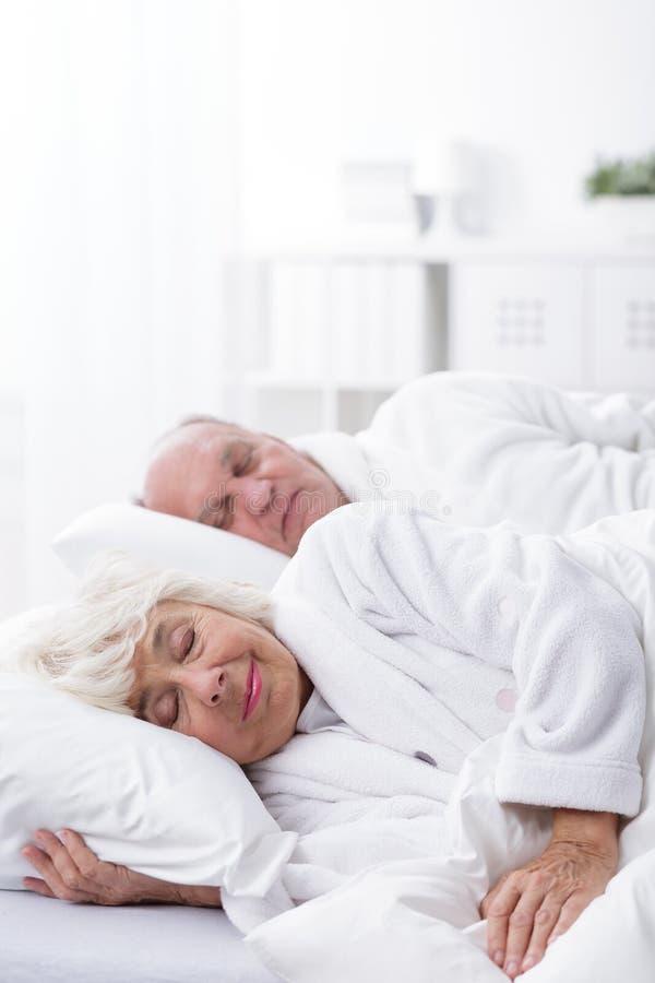 Boda envejecida que duerme junto imagen de archivo libre de regalías