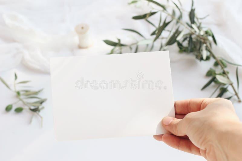 Boda femenina, escena de la maqueta de la tarjeta de felicitación del cumpleaños con la tarjeta de papel en blanco de la tenencia imagen de archivo libre de regalías