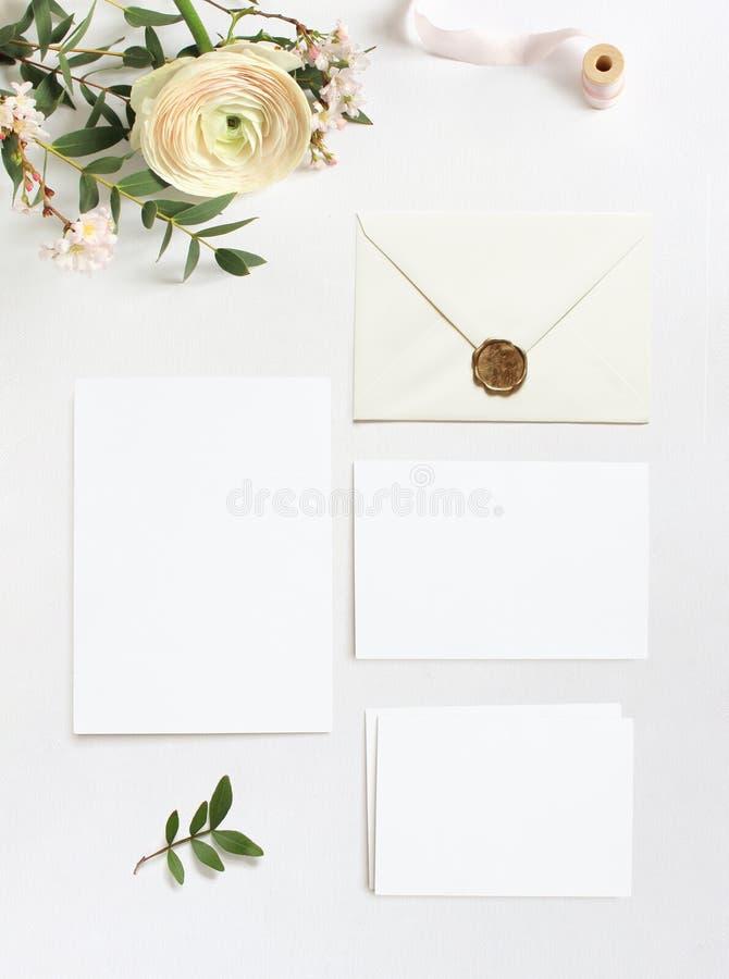 Boda femenina, maquetas de la mesa del cumpleaños Tarjetas de felicitación en blanco, sobre Ramas del eucalipto, cerezo rosado fotos de archivo libres de regalías