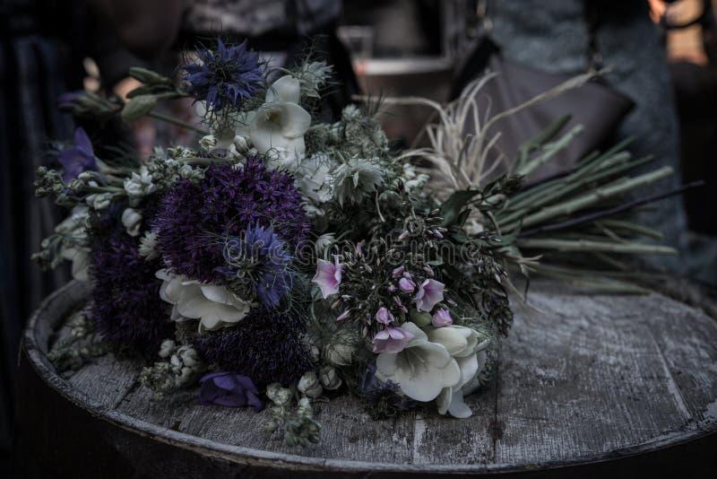 Boda - flores en barril foto de archivo