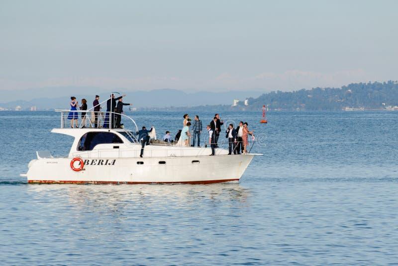 Boda georgiana en un yate en el mar Las huéspedes toman imágenes de uno a y hacen selfies foto de archivo