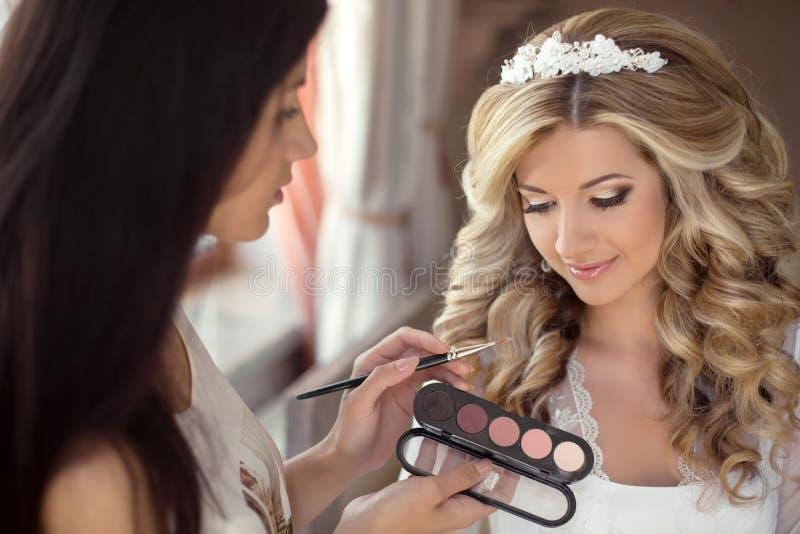 Boda hermosa de la novia con maquillaje y el peinado El estilista hace imágenes de archivo libres de regalías