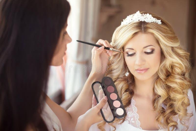 Boda hermosa de la novia con maquillaje y el peinado rizado estilista foto de archivo libre de regalías