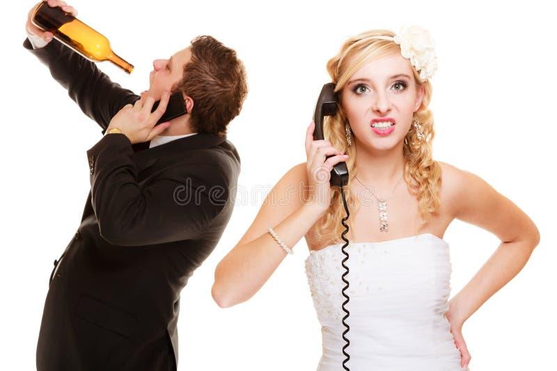 boda Novia enojada y novio que hablan en el teléfono foto de archivo