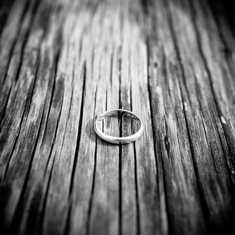Boda o anillo de compromiso en la madera imagenes de archivo