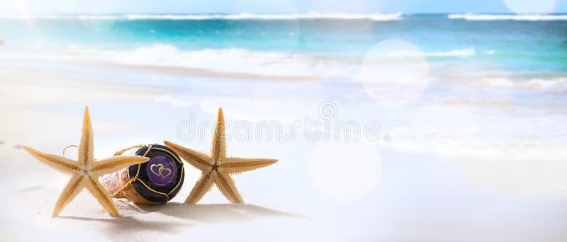 Boda o luna de miel del arte en la playa tropical