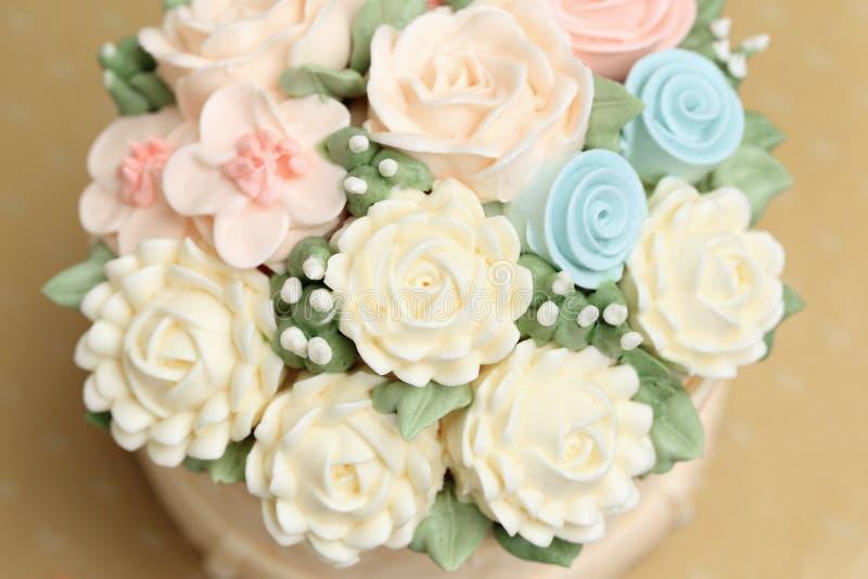 Boda o torta de cumpleaños adornada con las flores hechas de la crema imágenes de archivo libres de regalías