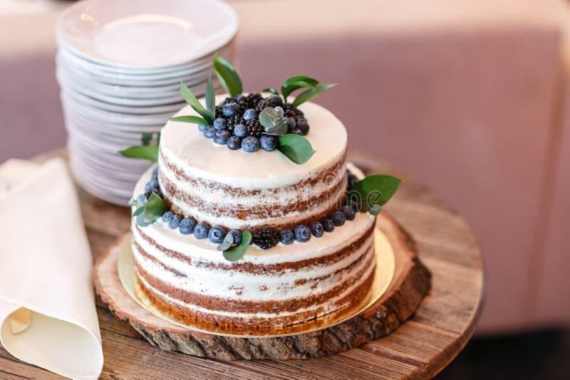 Boda o torta de cumpleaños con las bayas Empanada dulce en banquete en restaurante fotografía de archivo