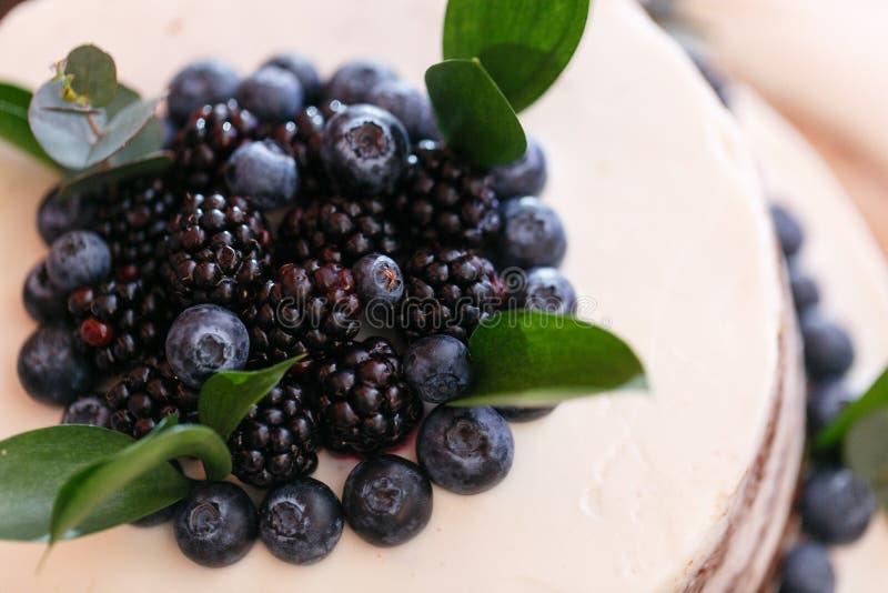Boda o torta de cumpleaños con las bayas Empanada dulce en banquete en restaurante foto de archivo libre de regalías