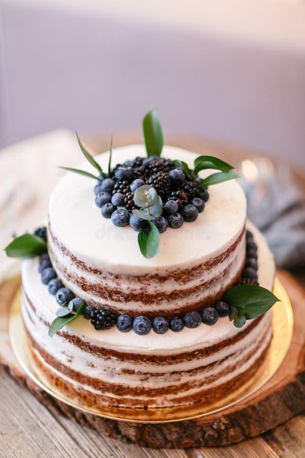 Boda o torta de cumpleaños con las bayas Empanada dulce en banquete en restaurante imagen de archivo