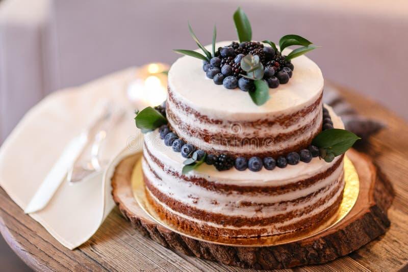 Boda o torta de cumpleaños con las bayas Empanada dulce en banquete en restaurante foto de archivo