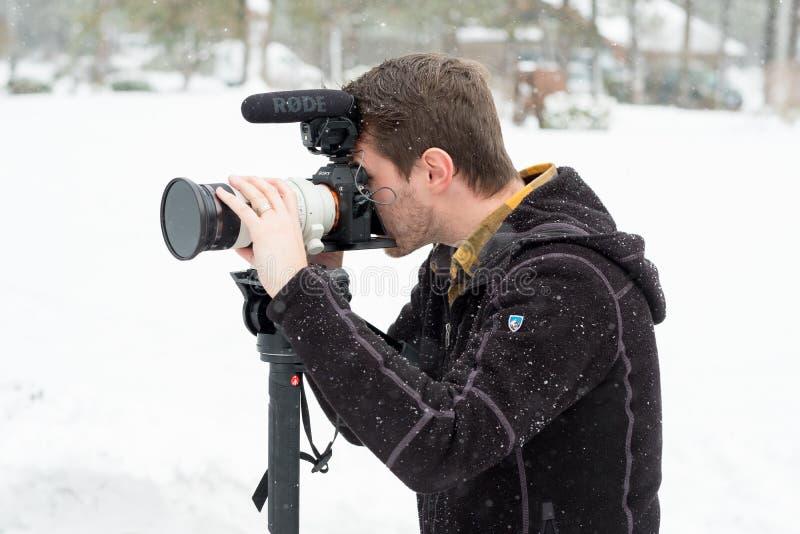 Boda Videographer en la boda del invierno fotos de archivo libres de regalías