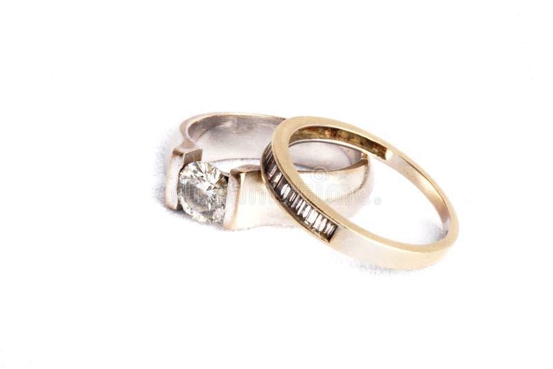 Boda y anillos de compromiso imagenes de archivo
