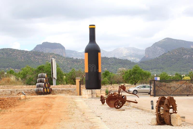 Bodega med den enorma flaskan av vin, Mallorca, Spanien royaltyfri fotografi