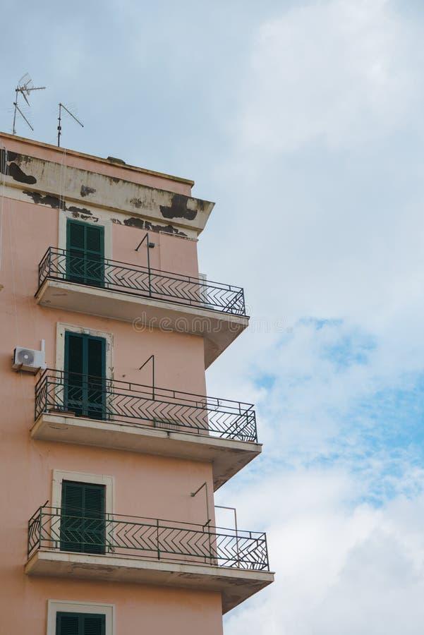 bodemmening van balkons van de oude bouw voor bewolkte hemel, royalty-vrije stock fotografie