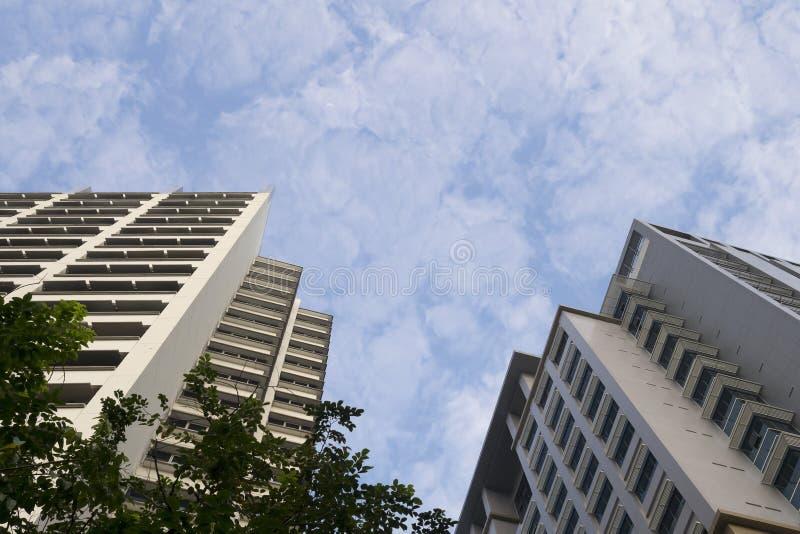 Bodemmening van de bouw tegen met mooie witte wolken en blauwe hemel stock fotografie