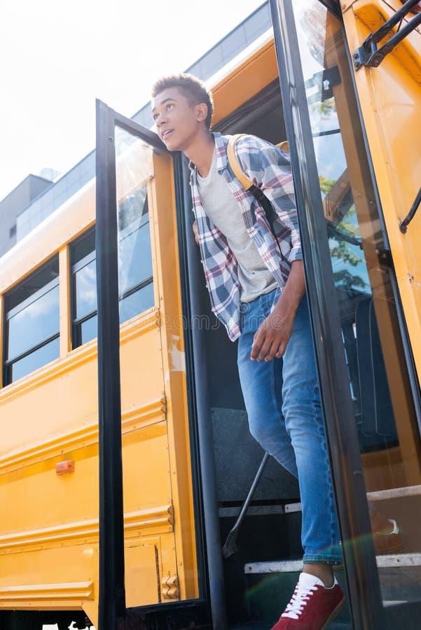 bodemmening van gelukkige tiener Afrikaanse Amerikaanse schooljongen stock foto's