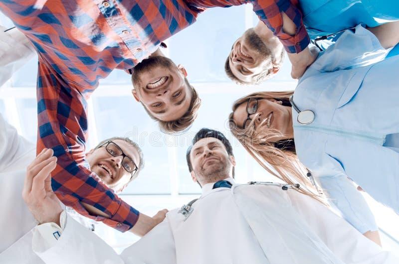 Bodemmening van groep artsen die zich in cirkel bevinden royalty-vrije stock fotografie
