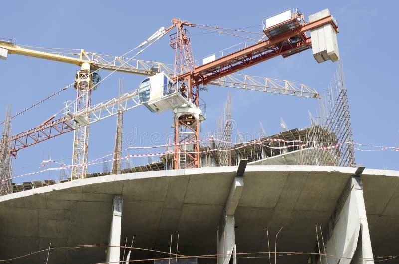 Bodemmening van het gebouw in aanbouw en bouwkranen stock foto's