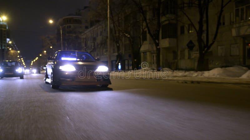 Bodemmening van het koele auto drijven op nachtstad actie Het glanzende donkere goud eindigt met schittert bij auto het drijven d royalty-vrije stock afbeelding