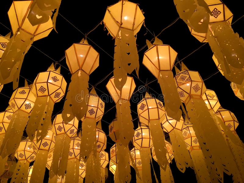 Bodemmening van mooie Thaise Noordelijke Lanna-lantaarn het hangen stijl in het Festival van Loi Krathong stock foto's
