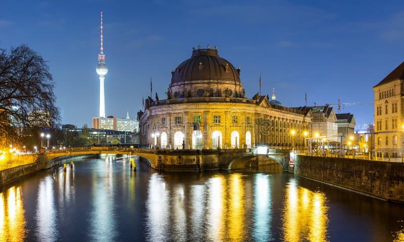 Bodemuseum и Museumsinsel в Берлине к ноча стоковое фото