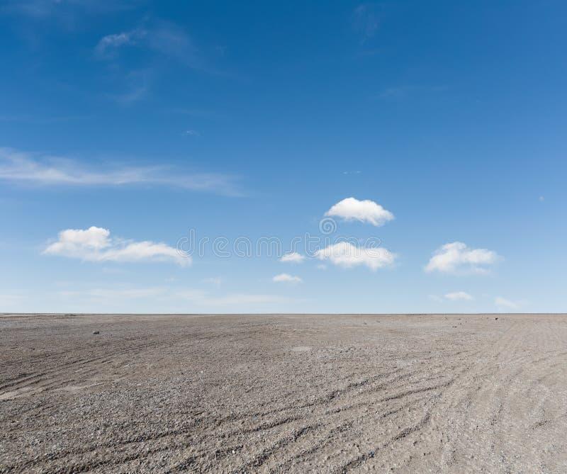 Boden des blauen Himmels und des Kieses lizenzfreie stockbilder