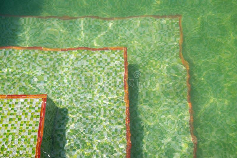 Boden eines Swimmingpools mit Kräuselungen der hellen und grünen keramischen Mosaikfliese lizenzfreies stockfoto