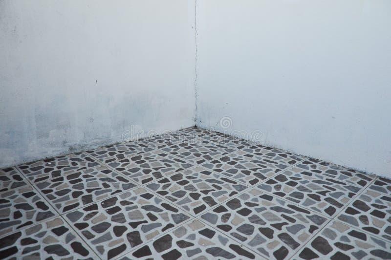 boden mit fliesen und ecke der leeren wand f r hintergrund. Black Bedroom Furniture Sets. Home Design Ideas