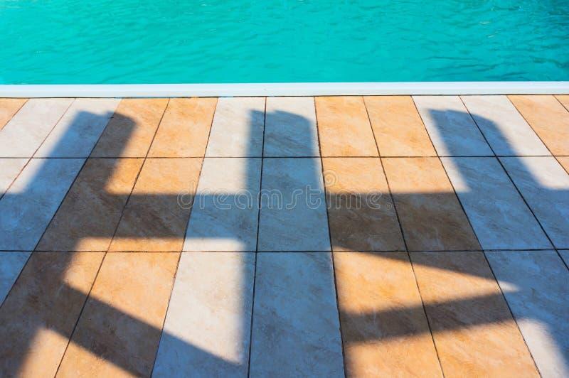 Bodenfliesen und Swimmingpool lizenzfreies stockbild