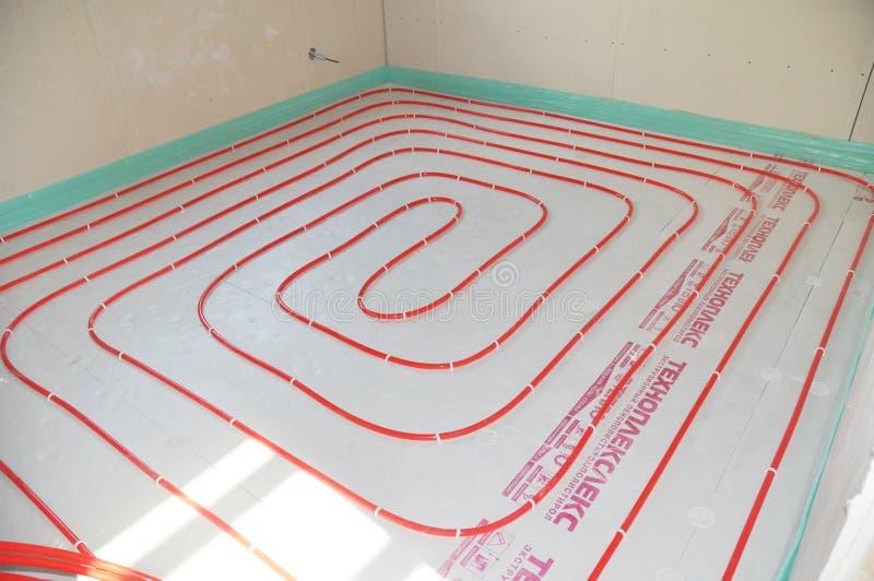 Bodenheizung Bodenheizungssysteme Installierung des Wasserboden-Heizsystems Schlie?en Sie oben auf dem Bodenheizungslegen stockfoto
